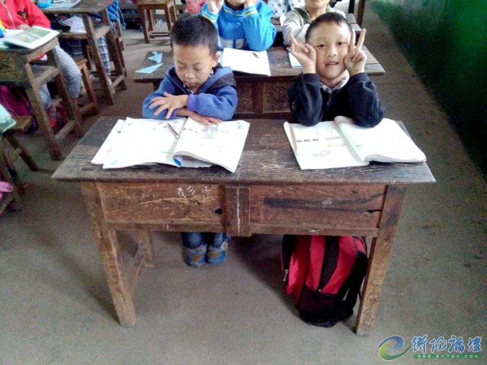 八十年代的双人课桌椅